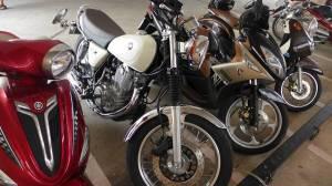 Yamaha SR 400 alongside Nouo Elegance