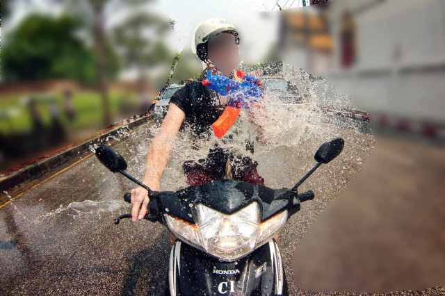 Songkran motorbike driver assaulted by water gun